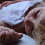 Yuk, Kenali Penyebab Bayi Muntah Kuning