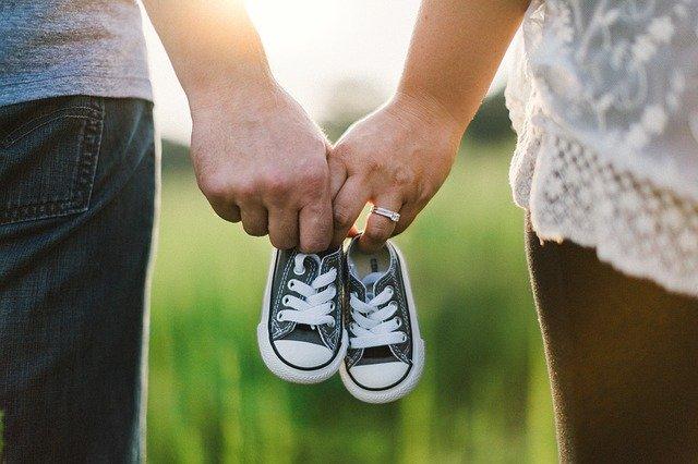 Bolehkah Bayi 2 Bulan Digendong Berdiri? Yuk Cari Tahu Dulu